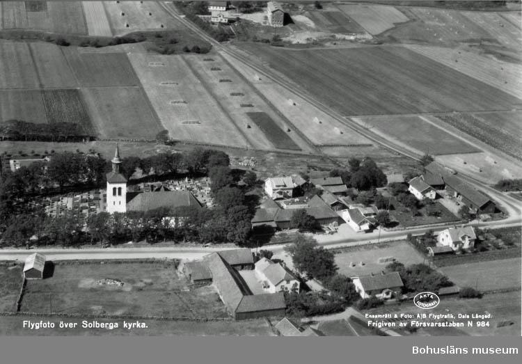 """Text på kortet:"""" Flygfoto över Solberga kyrka""""."""