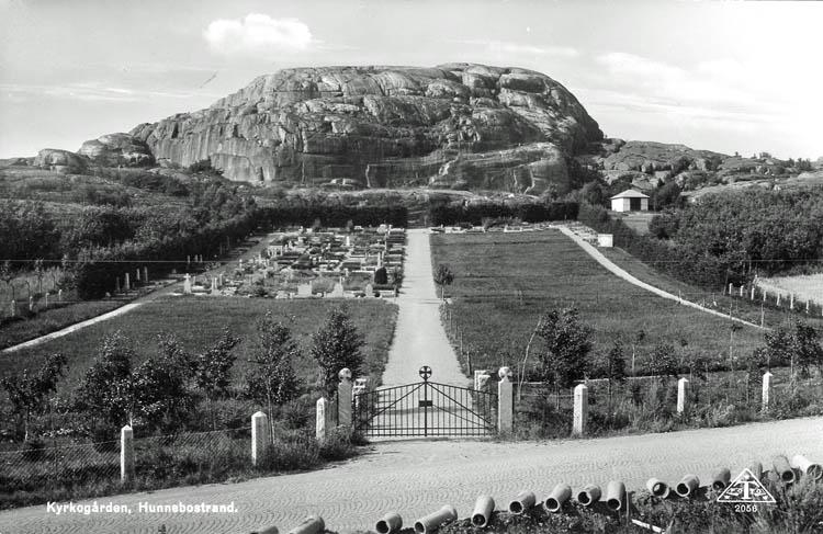 """Text på kortet:""""Kyrkogården, Hunnebostrand""""."""