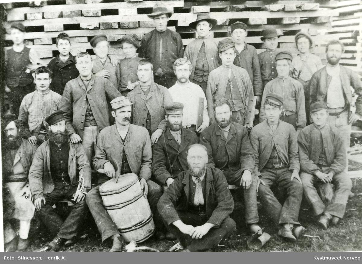 Arbeidere fra tønnefabrikken i Flatanger