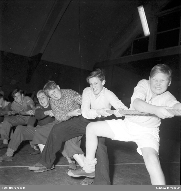 Ungdomsträff för idrottande ungdomar i tennishallen. Här pågår en dragkamp!