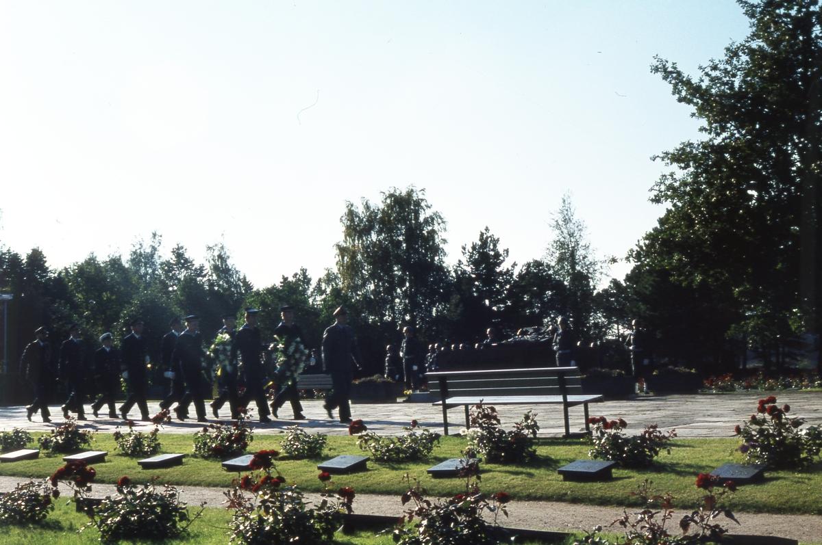 Män vid gravplats