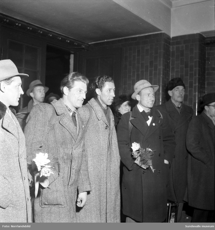 De första skidspelsgästerna välkomnas på Centralstationen.