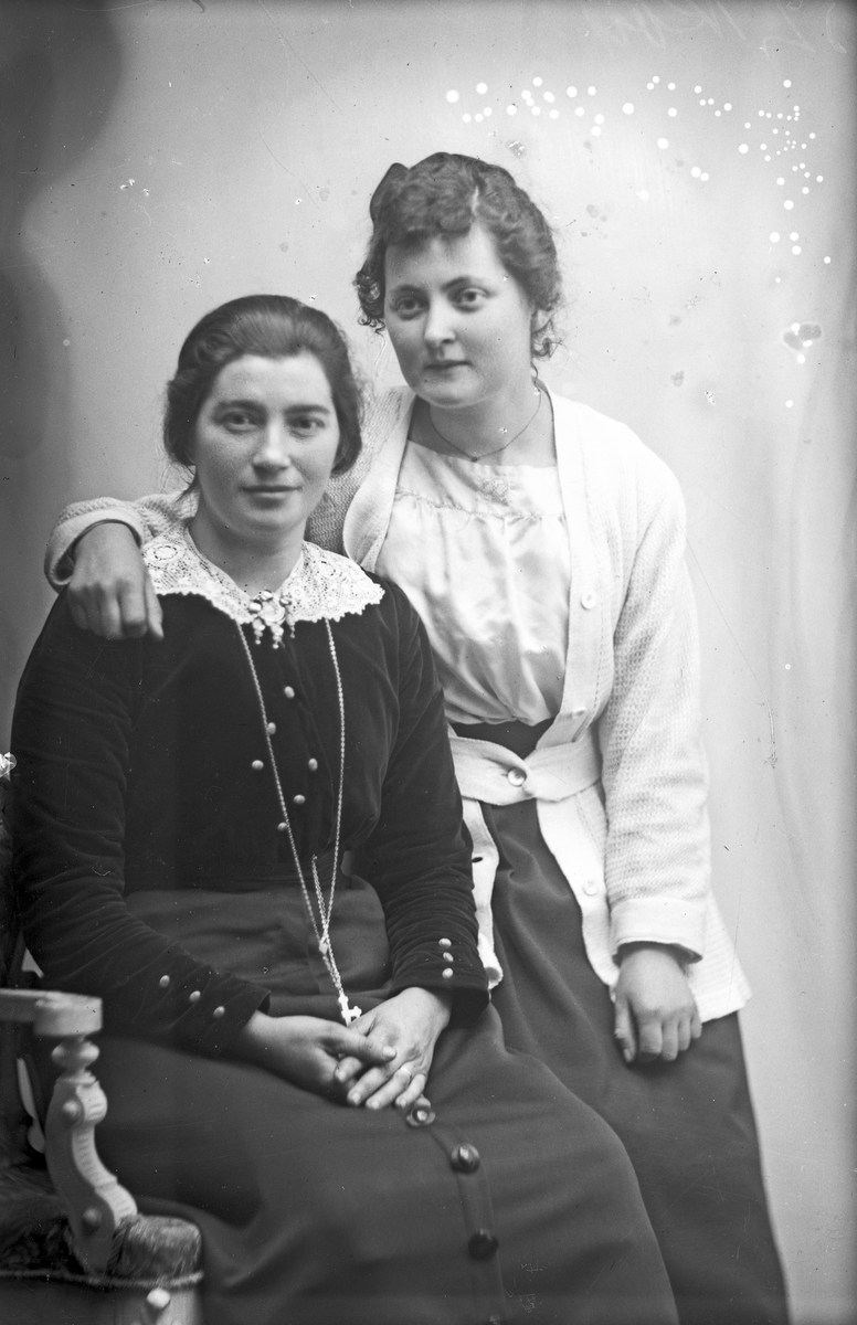Portrett av to unge kvinner, den ene er Anni Kristensen.