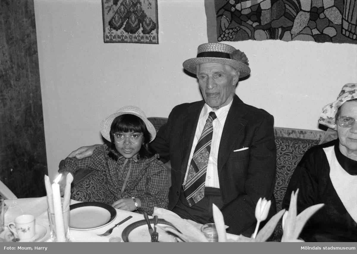Vårfest på Brogården, Lindome äldreboende, år 1985.  För mer information om bilden se under tilläggsinformation.