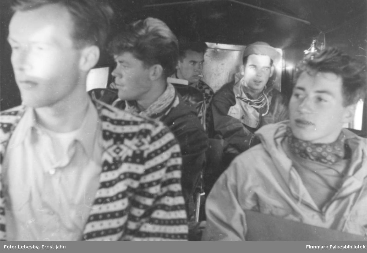 Fotografi fra Vadsø. Bildet er tatt ombord i et Norseman sjøfly underveis til en fisketur ved Peskvannet. Fra venstre sitter: Per Bjørgan, Edvard Irgens, Ole Gustav Øverdahl, Ola Røste og Karl Jacob Carstens.