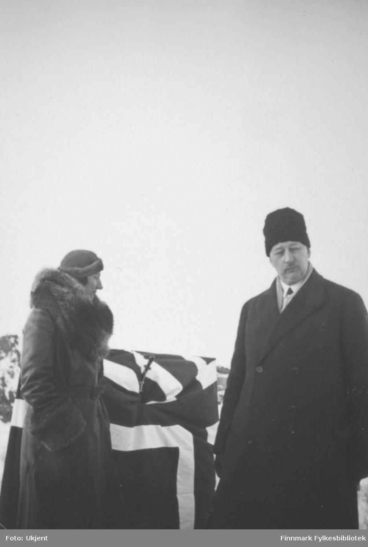 Fotografi tatt i Finnmark under kronprinsparets påsketur over Finnmarksvidda i 1934. Kronprinsesse Märtha til venstre. Foto: Ukjent.