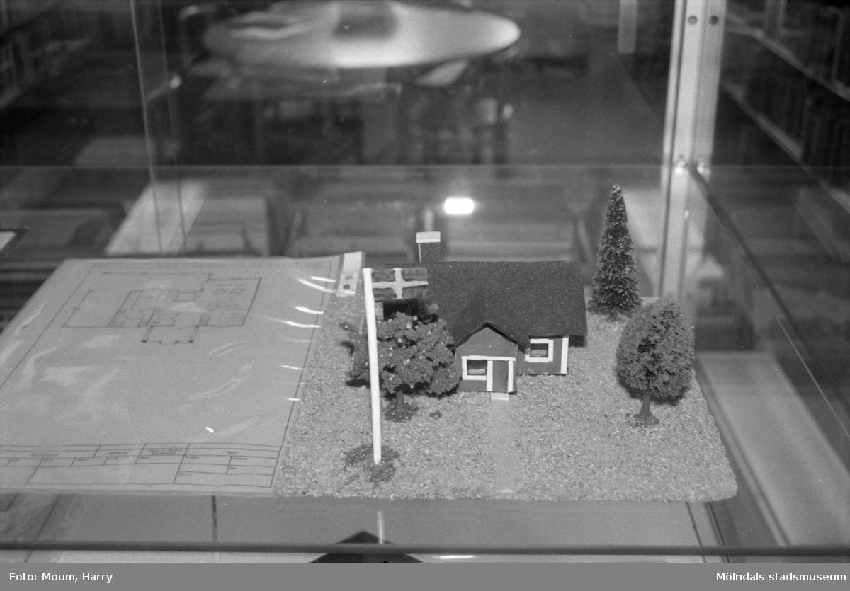 Två utställningar på Lindome bibliotek, år 1985.  För mer information om bilden se under tilläggsinformation.
