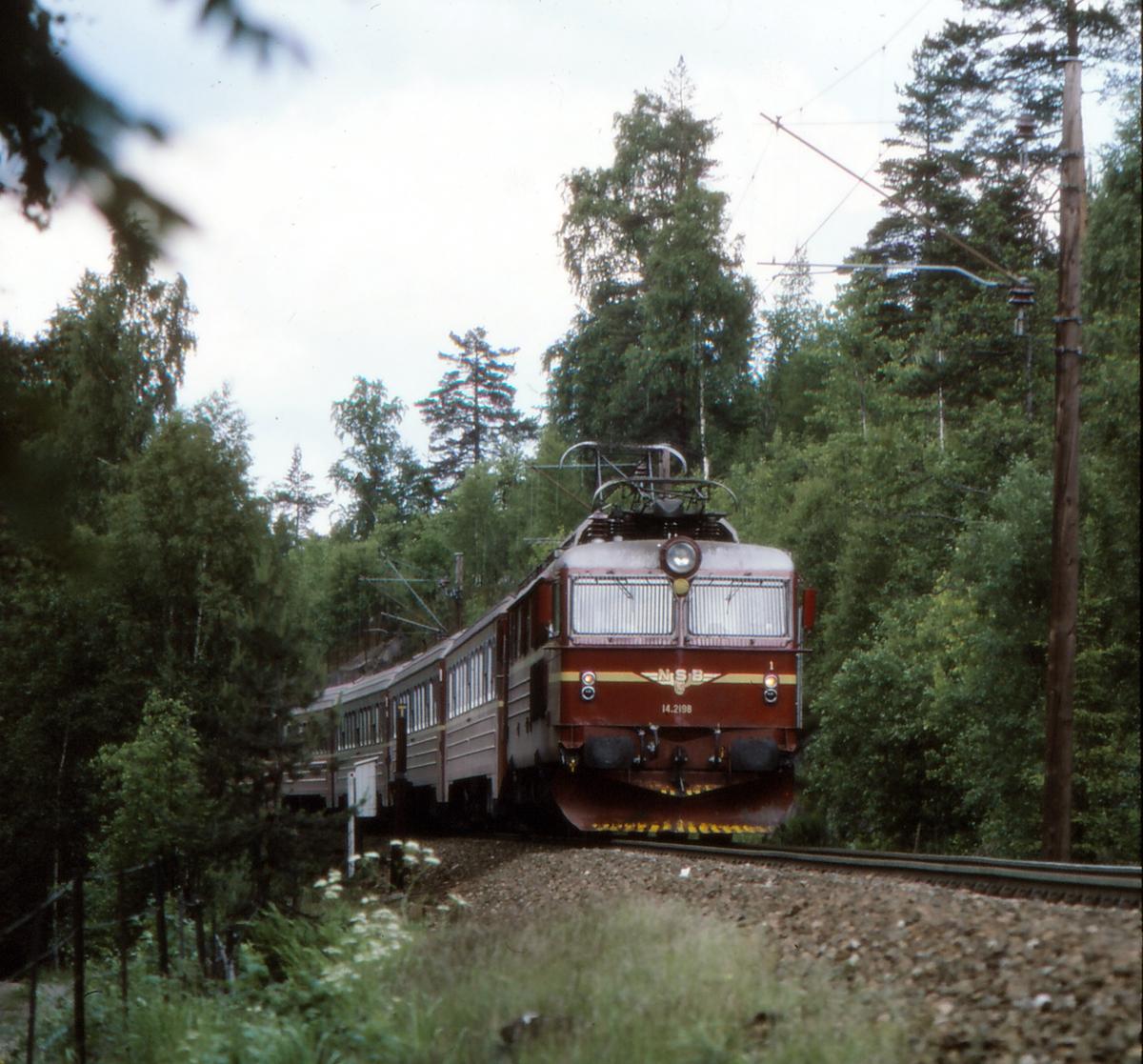 NSB ekspresstog 62 Bergen - Oslo med elektrisk lokomotiv El 14 2198 ved Snippen.
