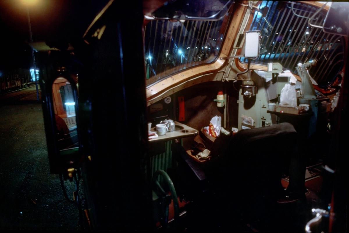 Interiørbilde fra Di 3 620. Lokomotivfører og lokomotivførerassistenten har gjort seg klar til en lang natt med kaffe og wienerbrød fra Størens bakeri. Kaffekjelen er på kokeplata.