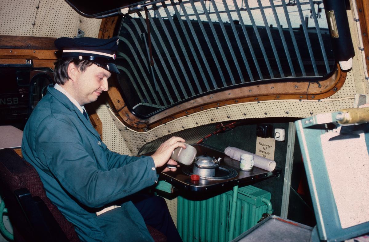 "Lokomotivførerassistent koker kaffe ombord på et dieselelektrisk lokomotiv type Di 3 (NOHAB). Da dampdriften opphørte ved NSB i 1970 ble stillingstittelen ""Lokomotivfyrbøter"" gjort om til ""Lokomotivførerassistent""."
