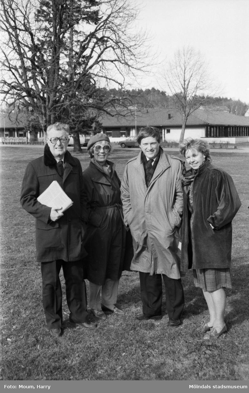 """Riksdagsmän besöker Stretereds vårdhem i Kållered, år 1985. """"Björn Molin, Anna-Greta Jansson, Kenth Skårvik och Verna Rydén tyckte besöket var givande.""""  För mer information om bilden se under tilläggsinformation."""
