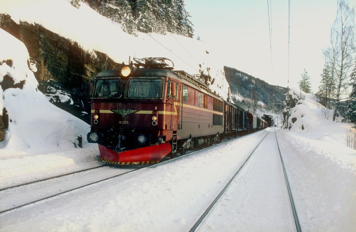 NSB elektrisk lokmotiv El 14 2175 i godstog 5501 på Ørgenvika stasjon.