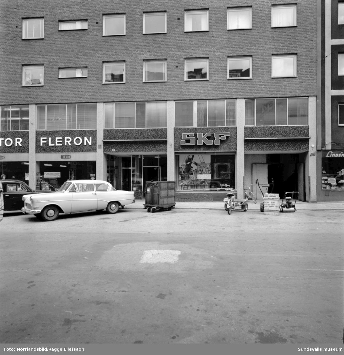 Exteriörbilder på fastighet vid Trädgårdsgatan, kvarteret Apollo. Motor Fleron, SKF, Lindéns radio.