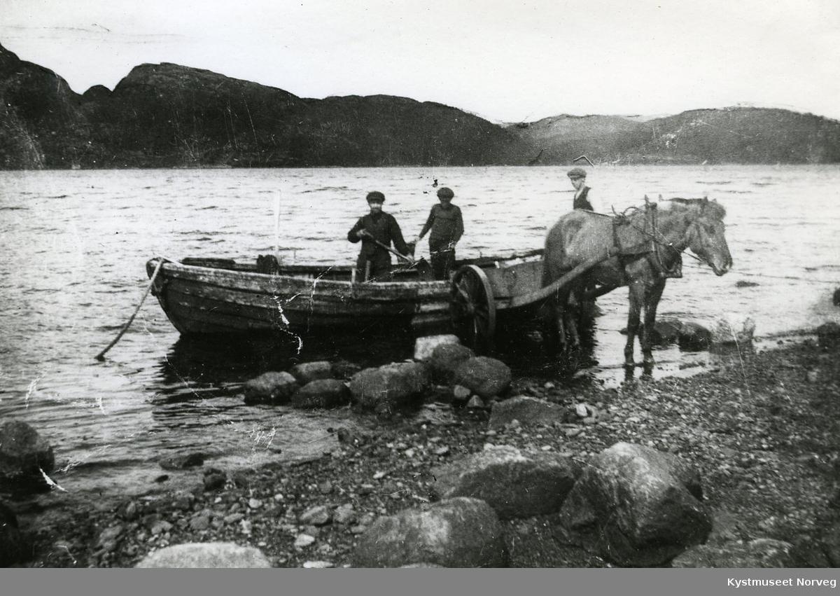Sand losses fra båt over i hestekjerre ved Kolvereid, ukjente personer
