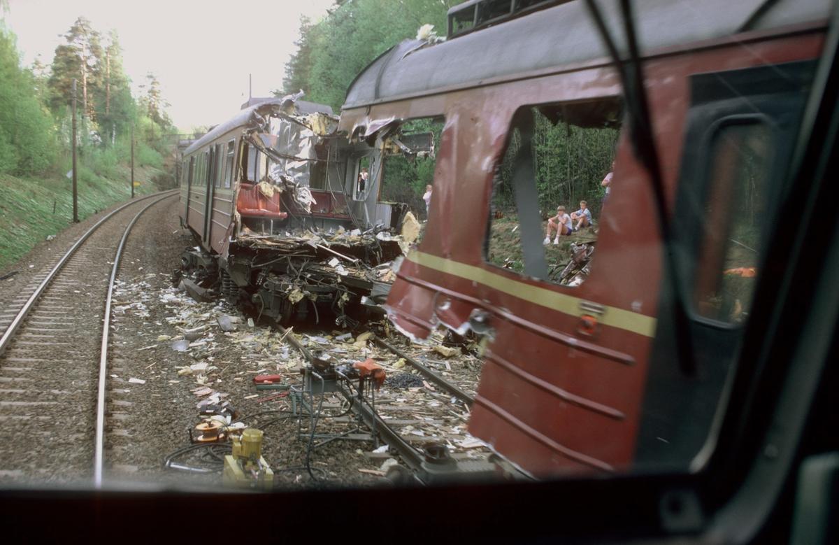 Togulykke ved Kolbotn 20.mai 1985. Frontkollisjon mellom to lokaltog. Om ettermiddagen ble det åpnet for trafikk forbi på ett spor. Bildet er tatt fra tog 147, hurtigtog til Halden.