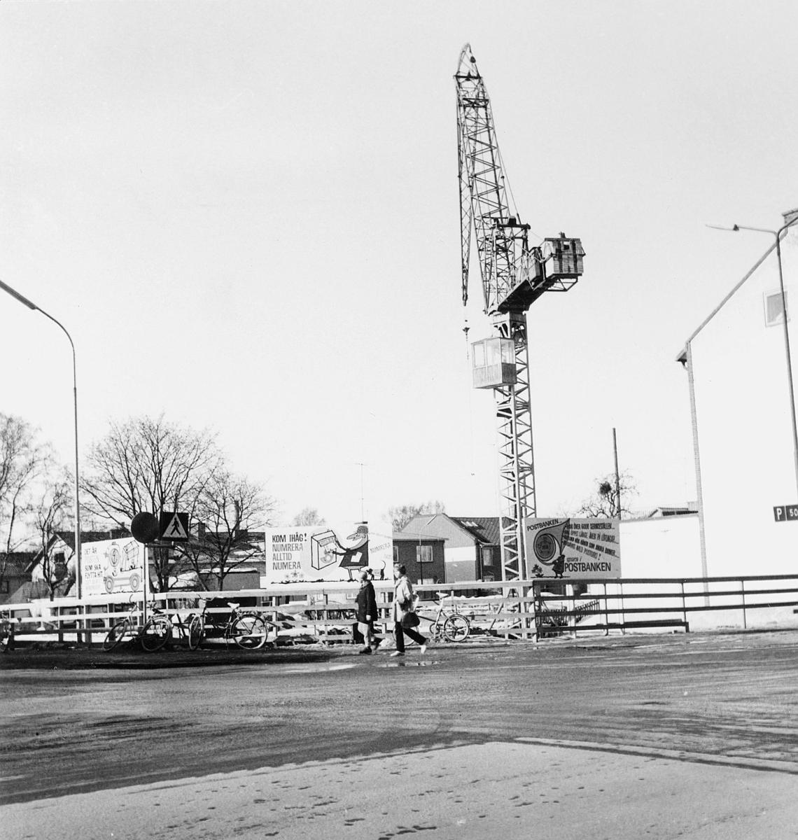 """Älmhult, postkontor.  Foton januari 1970.  Det nya """"posthuset"""" , i kv.  Gunnar Gröpe i Älmhult - under byggnad.  På senhösten 1969 började grunden grävas.  Invigningen av de nya lokalerna skedde den 5 juni 1970."""