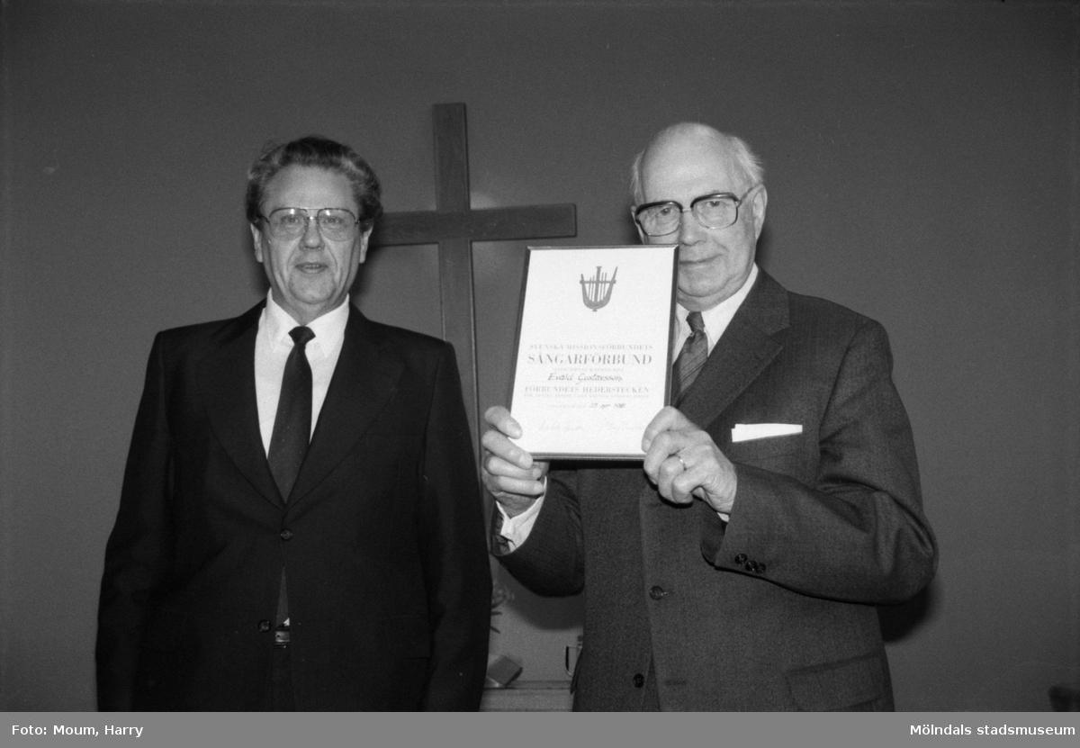 Sångaren Evald Gustavsson får diplom i Kållereds Missionskyrka, år 1985.  För mer information om bilden se under tilläggsinformation.