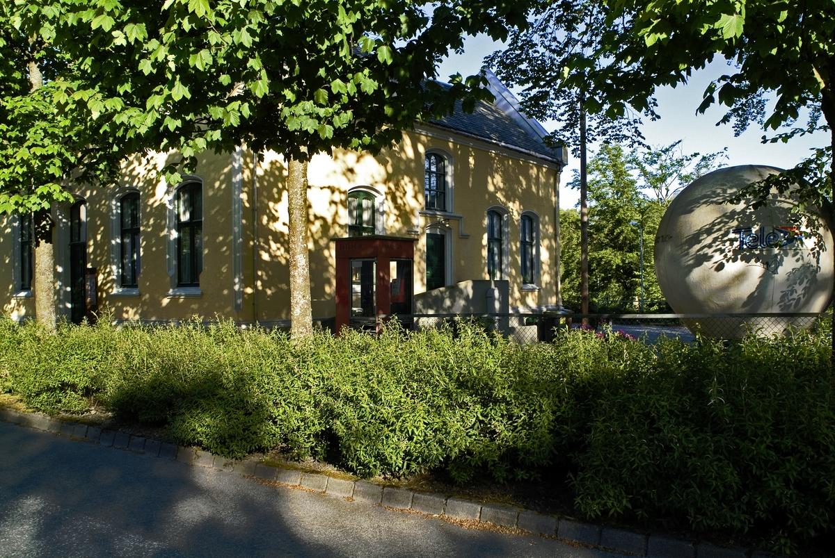 Telefonkiosken står i St. Svithunsgate 12 i Stavanger, og er en av de 100 vernede telefonkioskene i Norge. De røde telefonkioskene ble laget av hovedverkstedet til Telenor (Telegrafverket, Televerket). Målene er så å si uforandret.  Vi har dessverre ikke hatt kapasitet til å gjøre grundige mål av hver enkelt kiosk som er vernet.  Blant annet er vekten og høyden på døra endret fra tegningene til hovedverkstedet fra 1933. Målene fra 1933 var: Høyde 2500 mm + sokkel på ca 70 mm Grunnflate 1000x1000 mm. Vekt 850 kg. Mange av oss har minner knyttet til den lille røde bygningen. Historien om telefonkiosken er på mange måter historien om oss.  Derfor ble 100 av de røde telefonkioskene rundt om i landet vernet i 1997. Dette er en av dem.