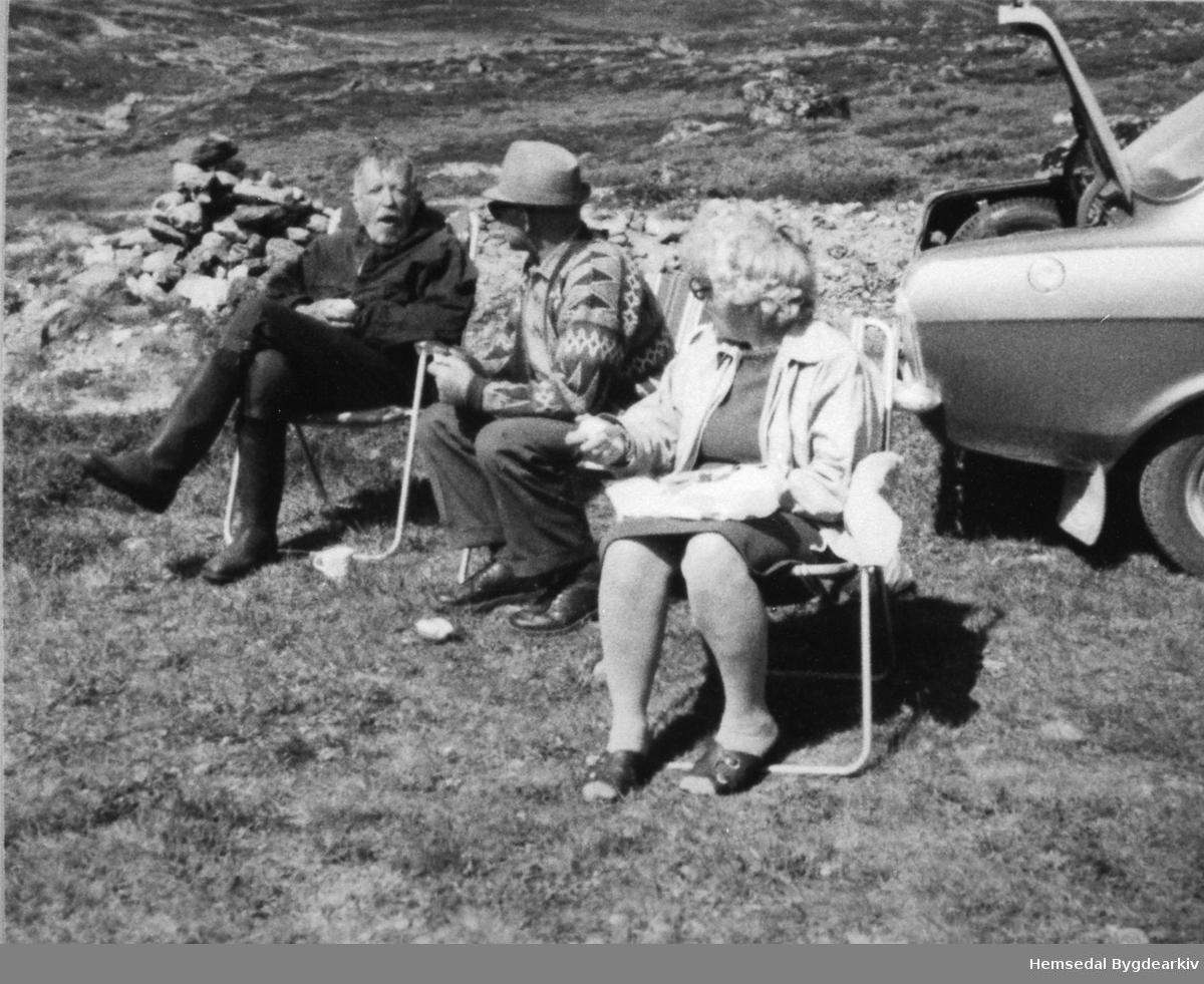 Frå venstre: Hans Jacob Ustvedt, Eirik Hølto og Kari Hølto ein stad i Hemsedal i 1976