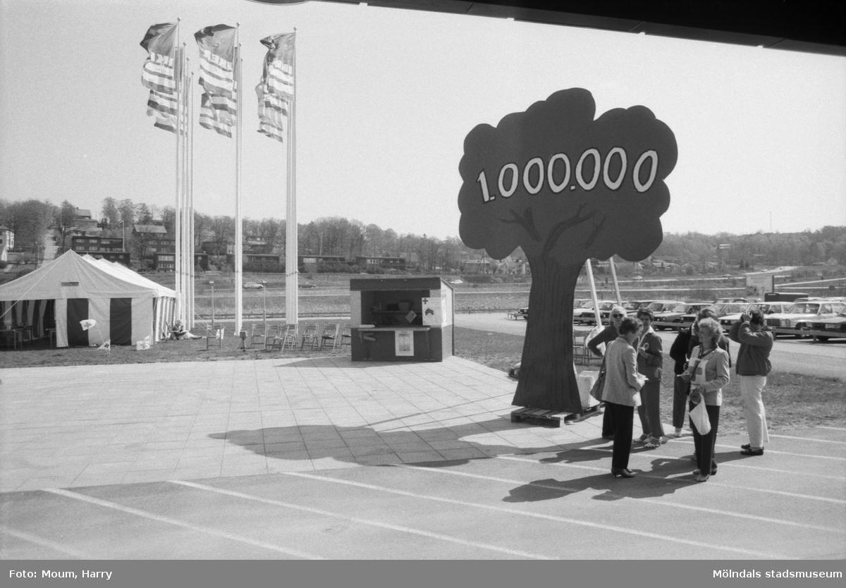Röda Korset startar upp sin 1 miljon trädkampanj utanför IKEA i Kållered, år 1985.  För mer information om bilden se under tilläggsinformation.