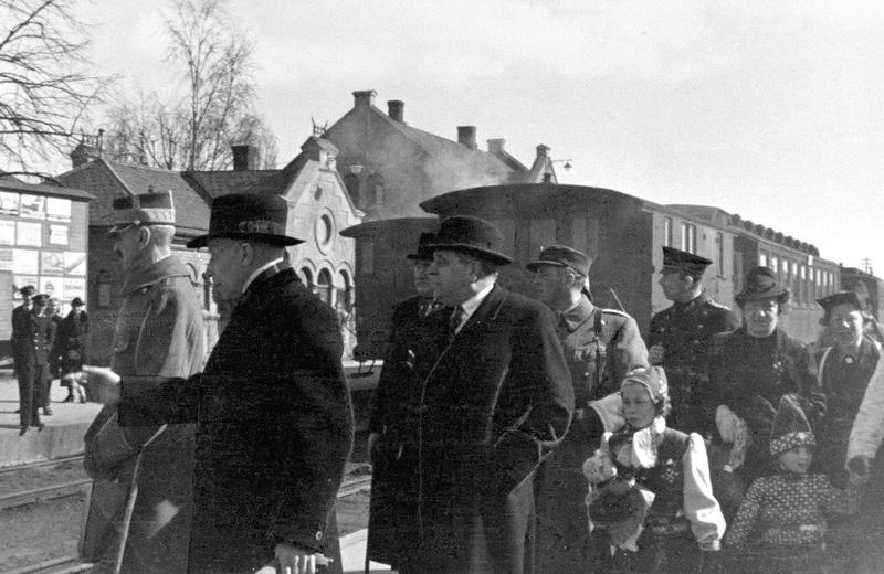 Kongefamilien ankommer Hamar stasjon.