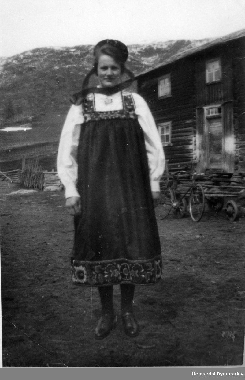 Signe Tuv på Tuv Nedre i Hemsedal ein gong på 1940-talet. Ho vart  gift Holde.