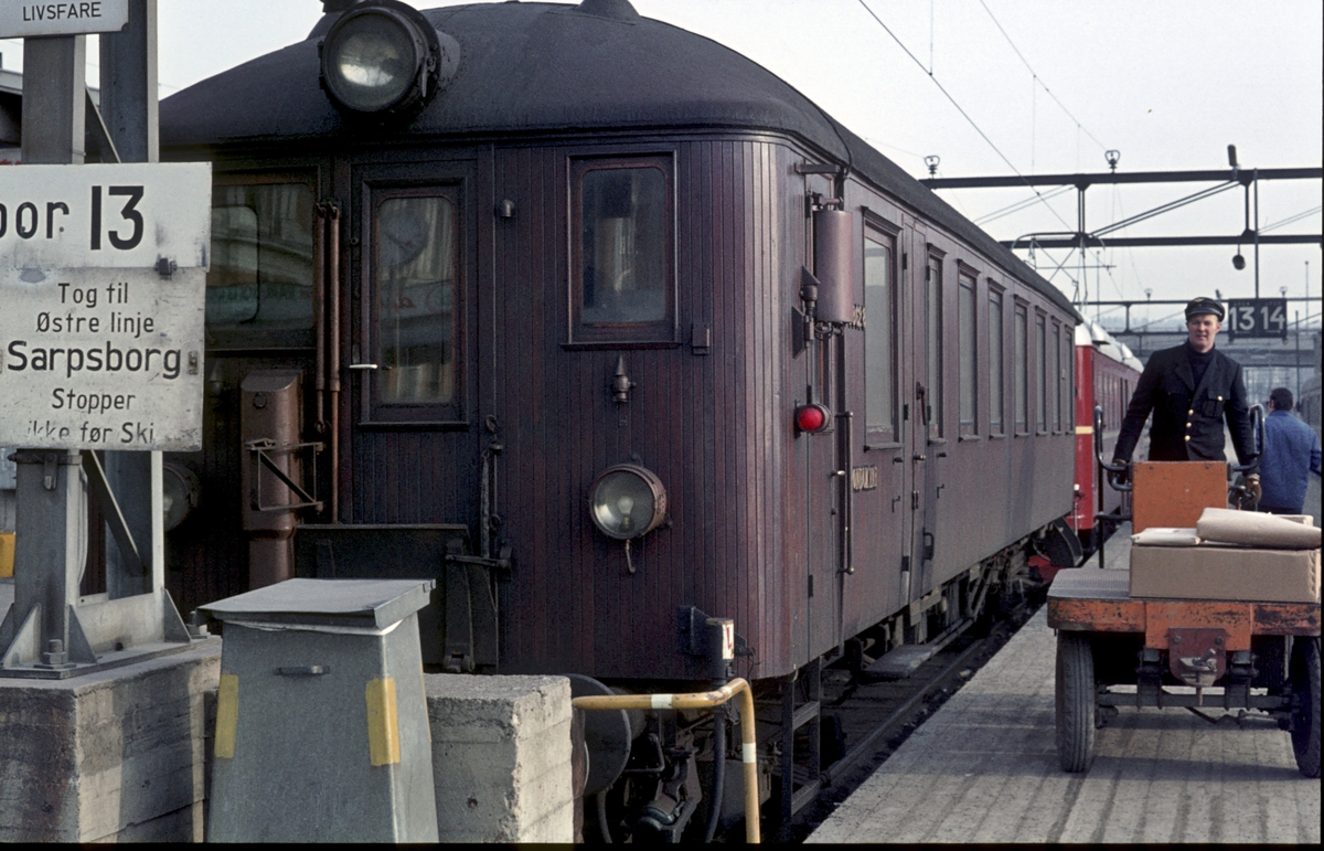Persontog til Østfoldbanen Østre linje på Oslo Ø med motorvognsett type 65.