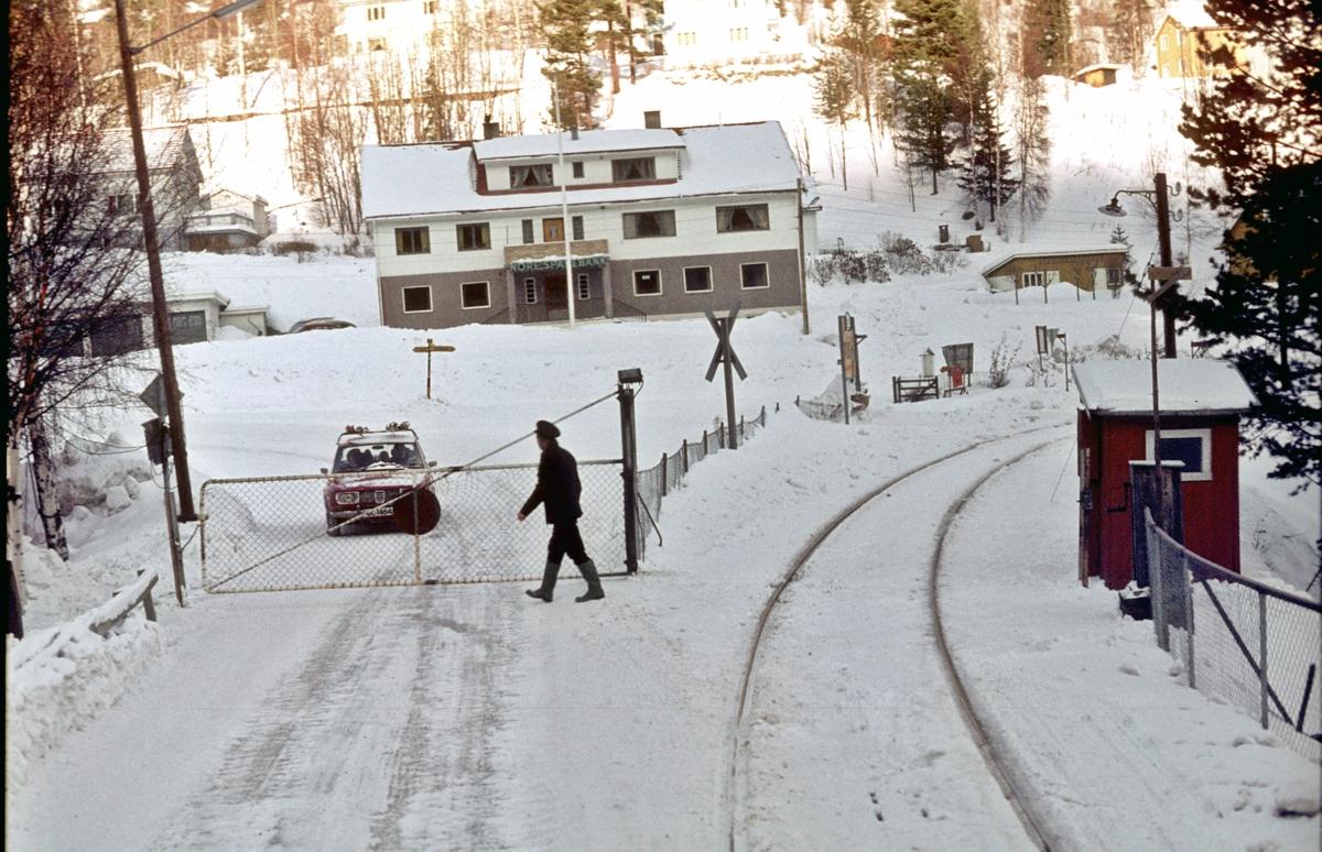 Innkjøring til Rødberg stasjon. Sporskifteren gjør klart til å åpne grindene for bilene igjen etter at toget har kjørt over brua. Brua var for både tog og biler.