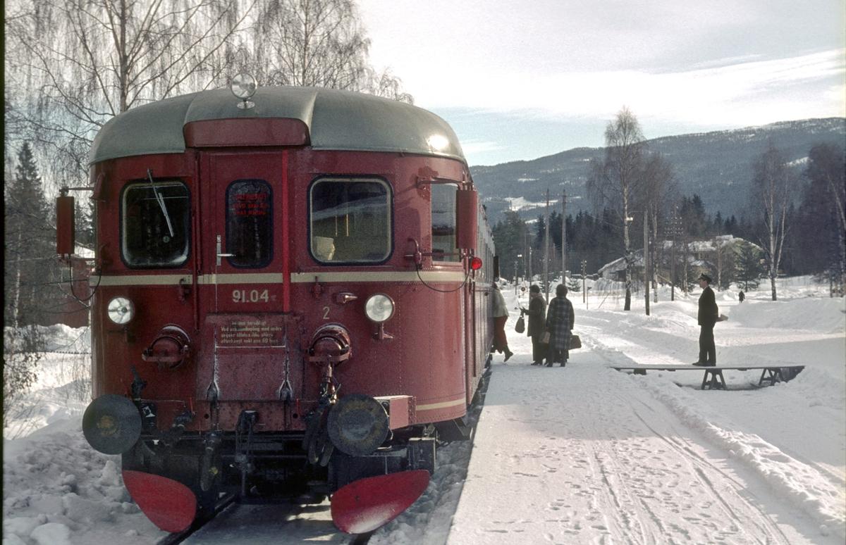 NSB dieselmotorvogn BM 91 04 i persontog Rødberg - Kongsberg på Veggli stasjon.