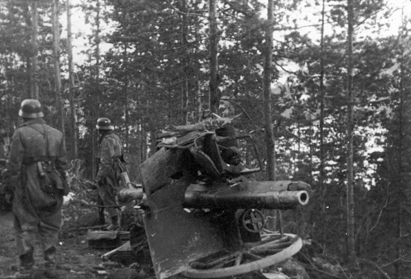Løytnant Baumanns kanon etter angrepet. Baumann, sjef for kanonen, ble drept. Foto, Øyvind Leonsens billedsamling.
