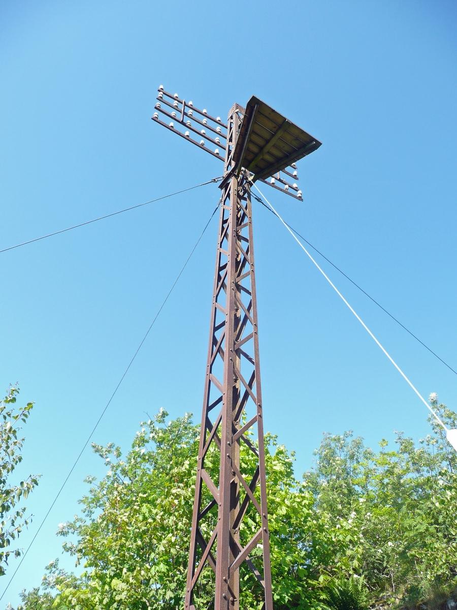 Jernstolpen i Mandal ble oppført i 1910. Den står fortsatt på sitt opprinnelig sted, Skottholsheia, sentralt i Mandal. Stolpen ble sist restaurert i 1998. Det har vist seg at jernstolper var svakere enn trestolper ved ekstrem ising på linjene. Det hendte at stolpene ble ødelagt av kraftig snøfall.
