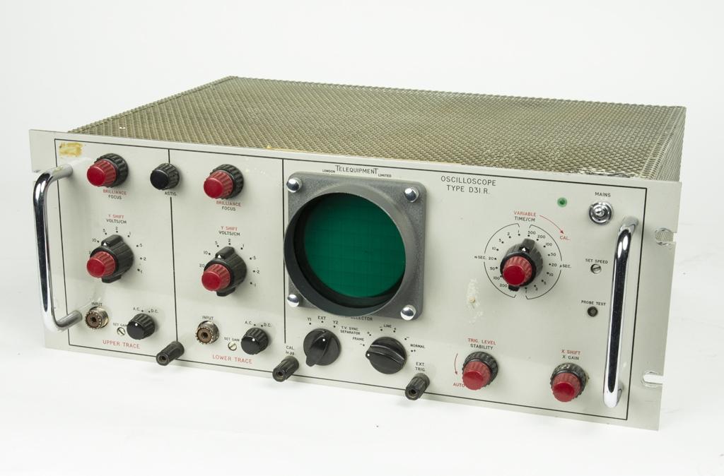 Oscilloskop D31 R som tillsatsenhet. Oscilloskop är ett mättinstrument för mätning av snabba förlopp. Det klassiska oscilloskopet är av analog konstruktion vilket innebär att ett rör genererar en fin elektronstråle vilken kan riktas mot en skärm där elektronenergin omvandlas till ljus och ger upphov till en ljusfläck på skärmen. Ljusfläckens läge på skärmen kan kontrolleras av spänningarna över två plattpar. På de plattor som avlänkar strålen (x-led) lägger man vanligen en tidbas eller svepspänning (se svepgenerator) medan man på y-avlänkningsplattorna lägger den spänning man vill undersöka.