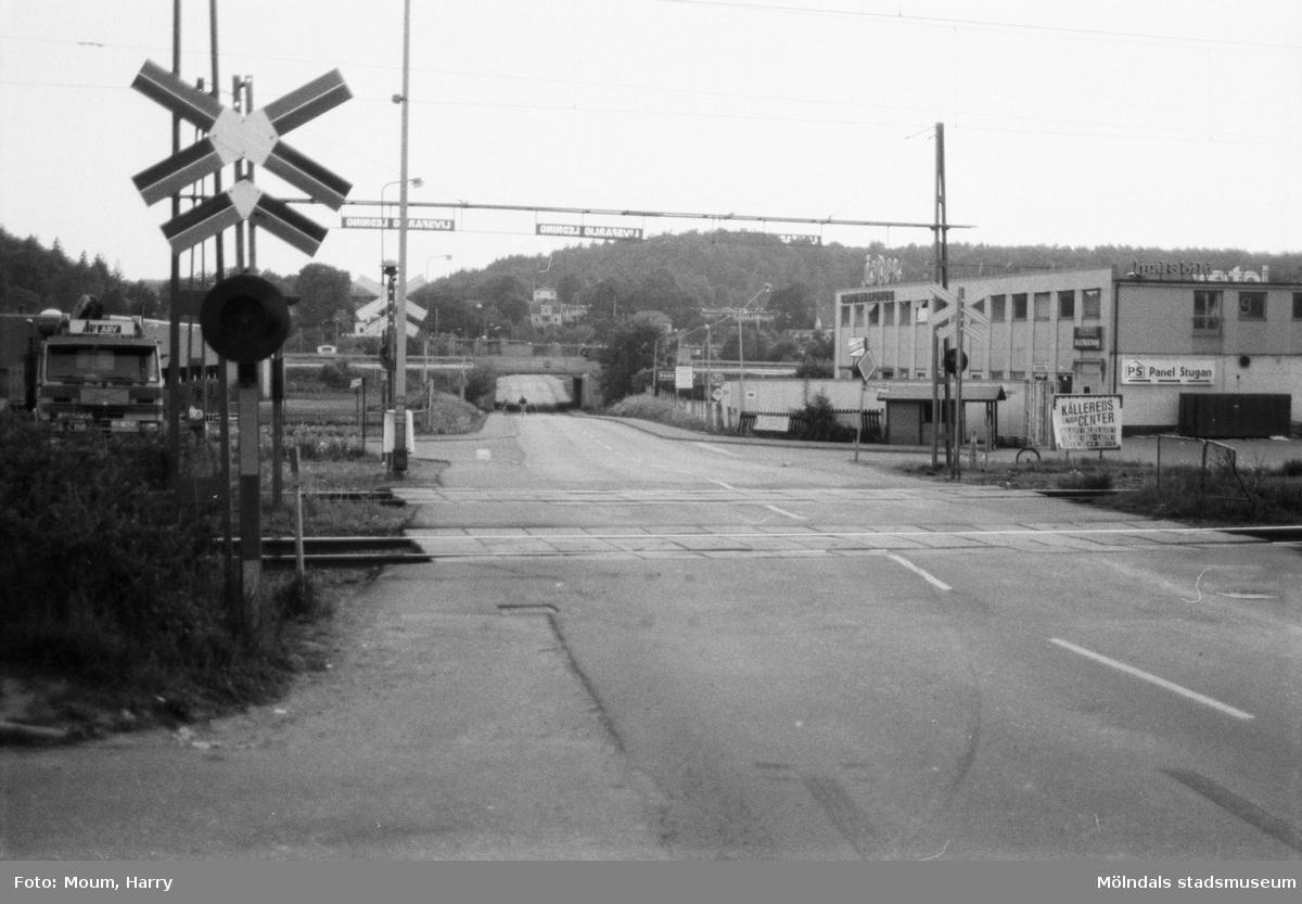 Planering för trafikomläggning i Kållered, år 1985. Labackavägen i riktning mot väster.  För mer information om bilden se under tilläggsinformation.