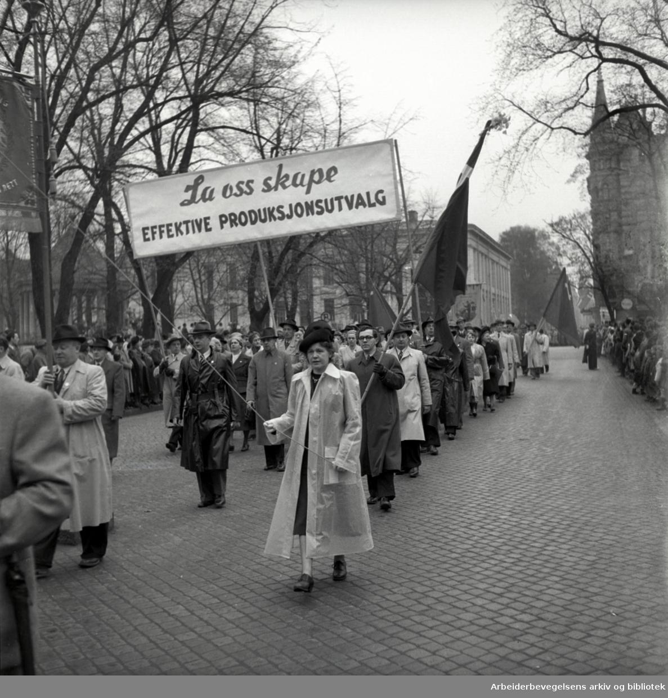 1. mai 1950, demonstrasjonstoget. Parole: La oss skape effektive produksjonsutvalg.