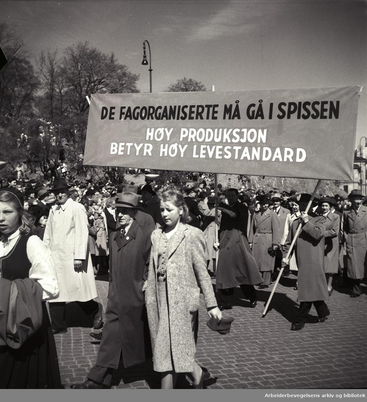 1. mai 1950, demonstrasjonstoget. Parole: Vi fagorganiserte må gå i spissen. Høy produksjon betyr høy levestandard.