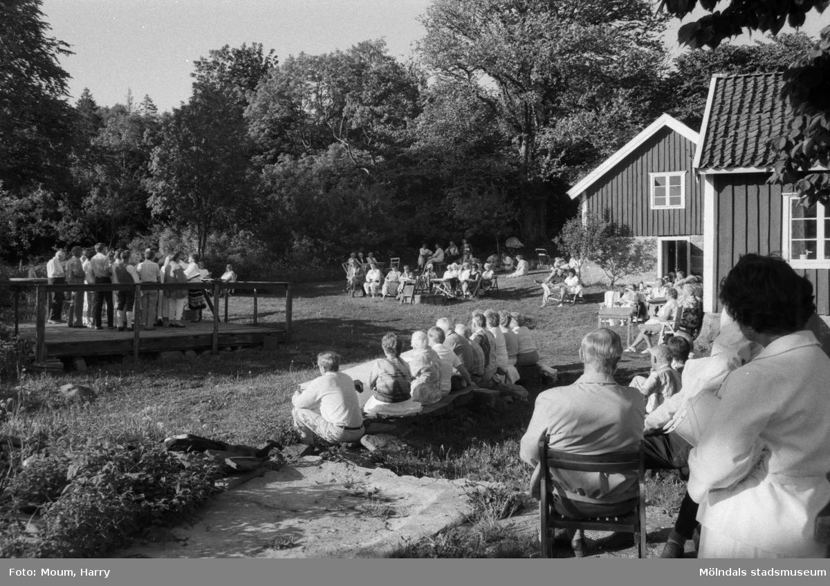 Sommarkväll på hembygdsgården Långåker i Kållered, år 1985.  För mer information om bilden se under tilläggsinformation.