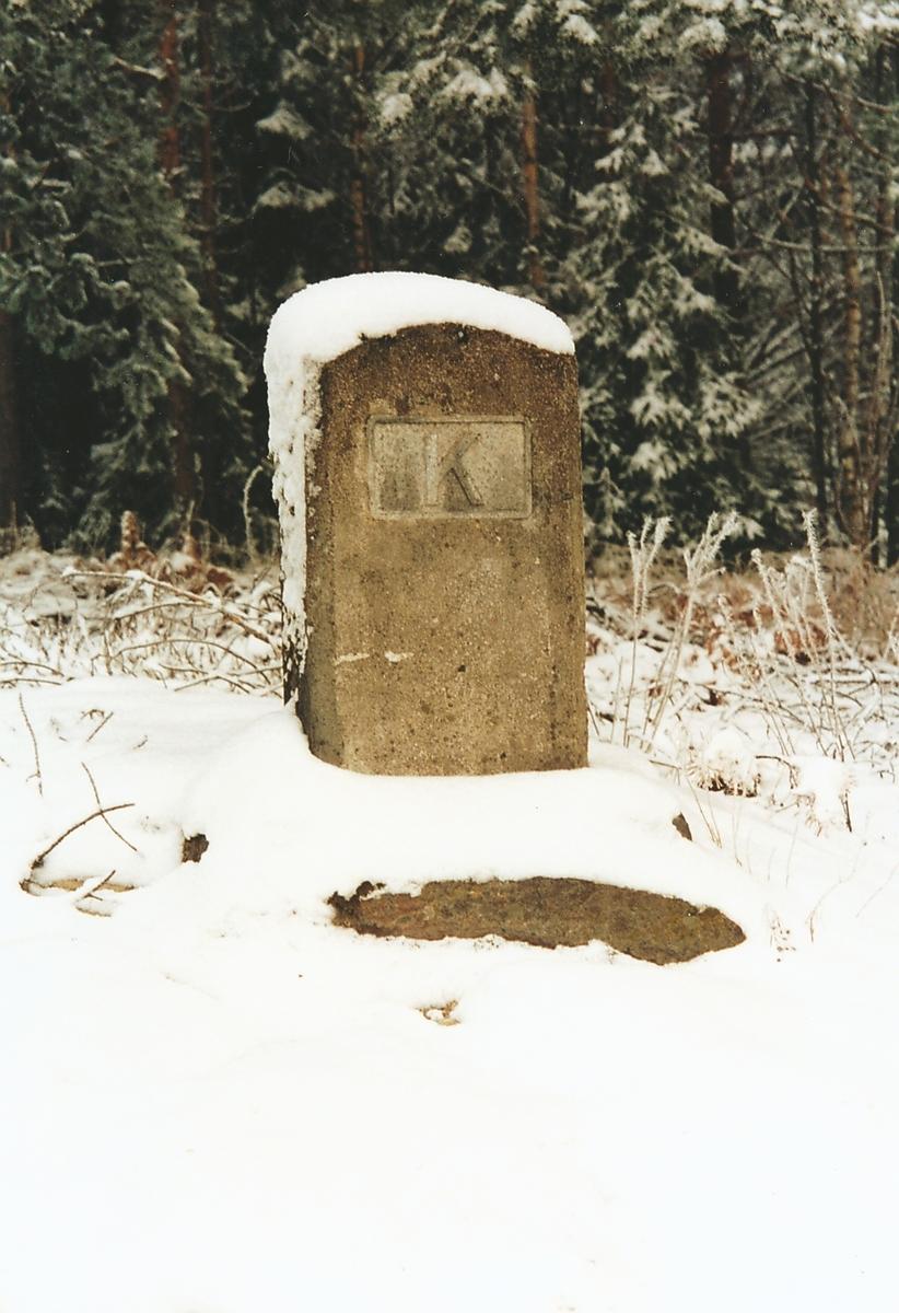 En kabelstein er et anvisningsmerke støpt i beong for å vise plassering av fjernkabel i terrenget.