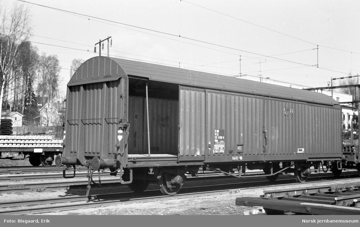 Svensk lukket godsvogn litra His nr. 211 5026 på Ski stasjon