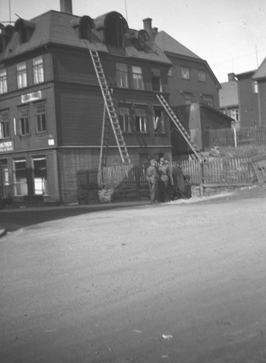 Bilde fra et gateparti i Kirkenes under 2. verdenskrig.