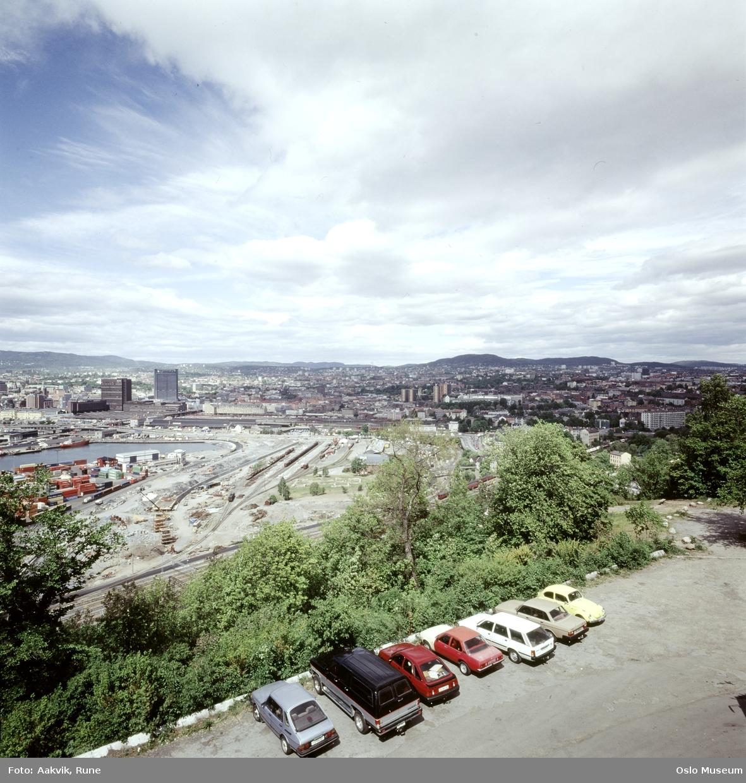 Ekebergrestauranten, parkeringsplass, biler, utsikt, jernbane, havn, Oslo sentralstasjon, Postgirobygget