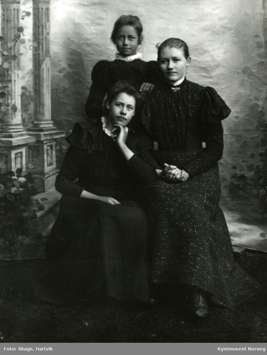 Tre unge jenter - søstre?