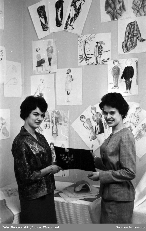 Avslutning på en textilkurs. Två kvinnor visar upp en del av tillverkningen.
