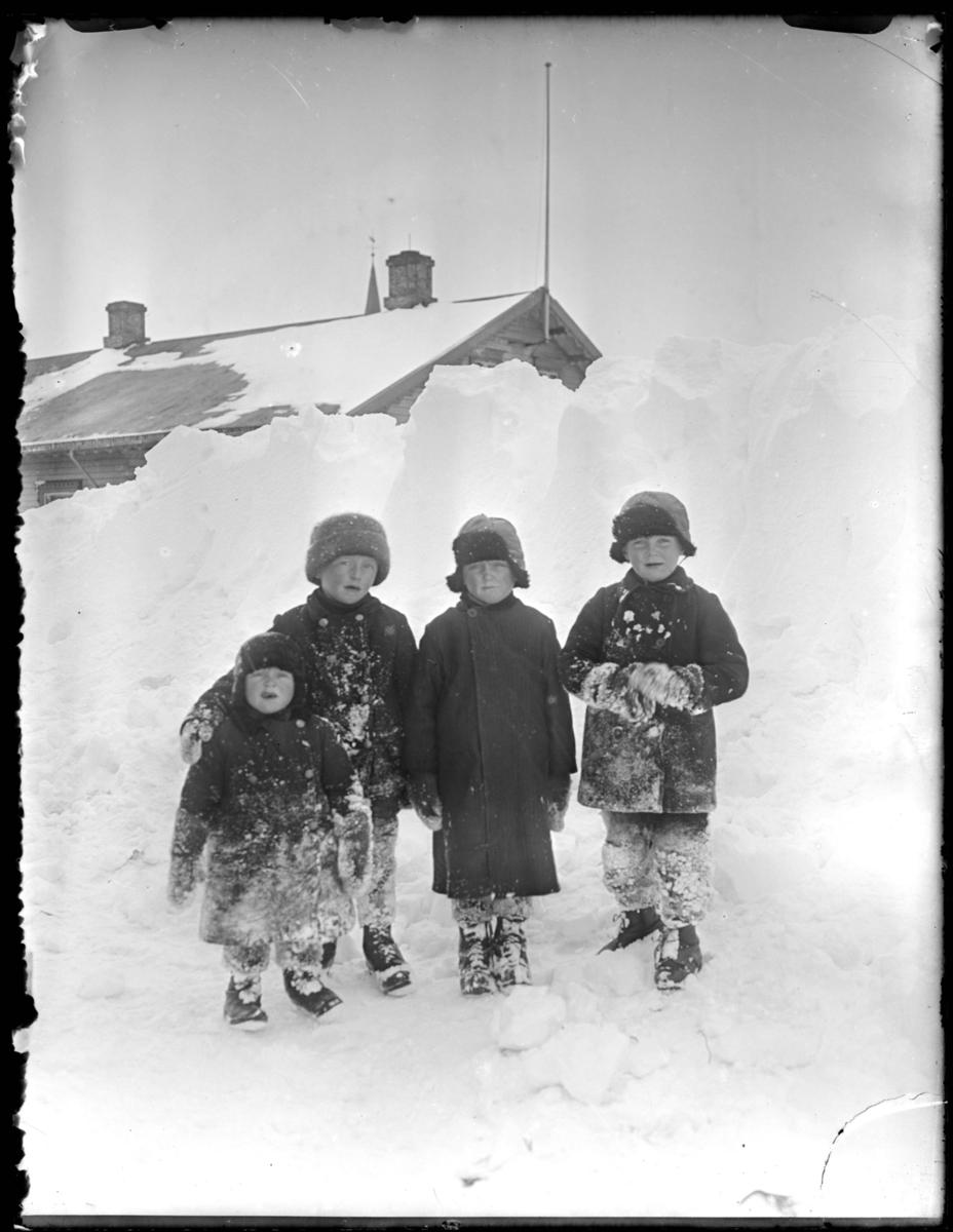 Fire barn i sneen utenfor prestegården.