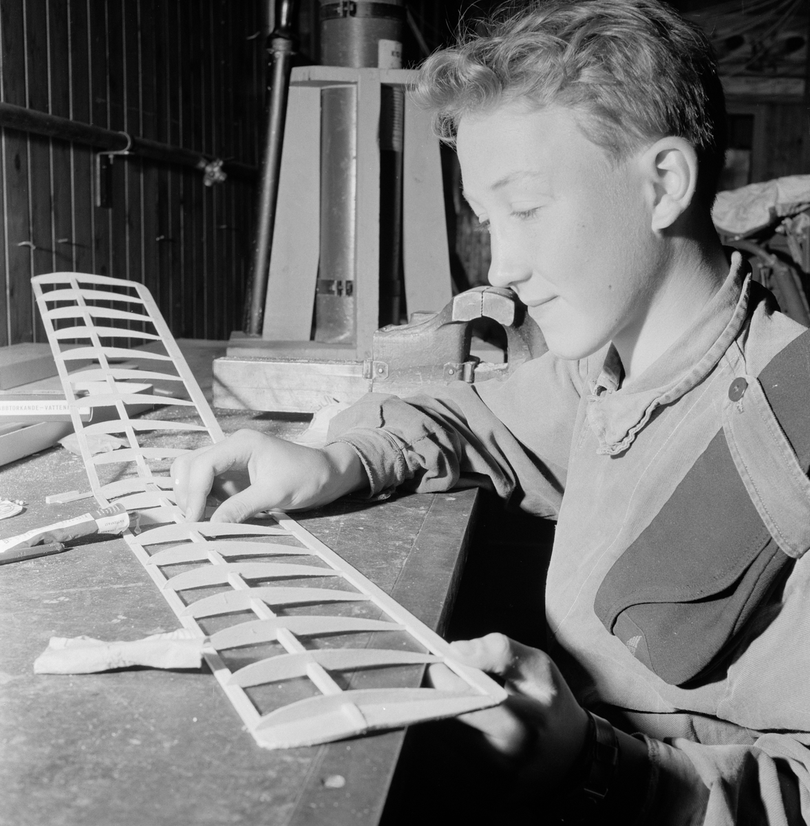 Flygpojke bygger på flygplansmodell på F 3 Östgöta flygflottilj, 1960-tal.