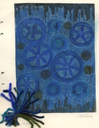 """Färgskiss till matta med namnet """"HJULDON. Teknik ej angivet. Hjul och cirklar i olika naynser blått och rundlar i grågrönt mot en blå botten. Svarta mönster i kortändarna. Garnprover fästa i kanten. Vattenfärgsmålat på papper limmat på kartong. Originalskiss signerad A. Hådell"""