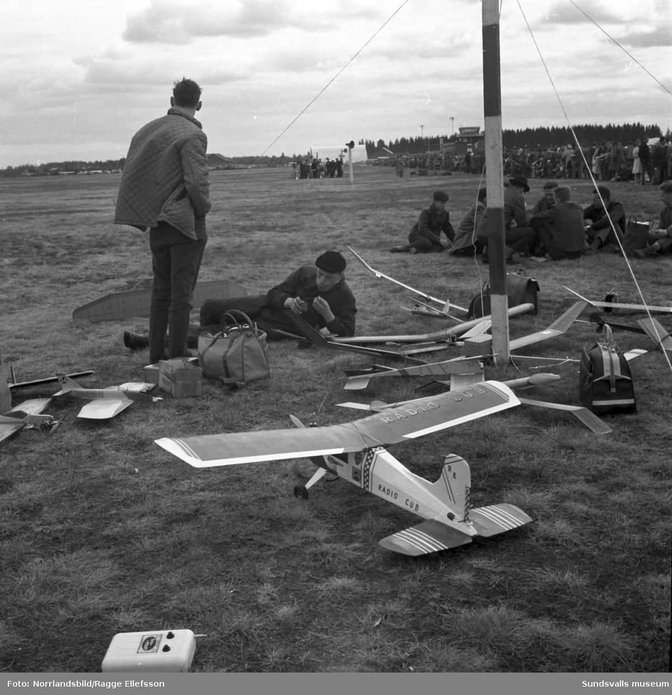 Flygdagen på Midlanda med bland annat raketuppskjutning (!), flyguppvisning, modellflyg och fallskärmshopp.