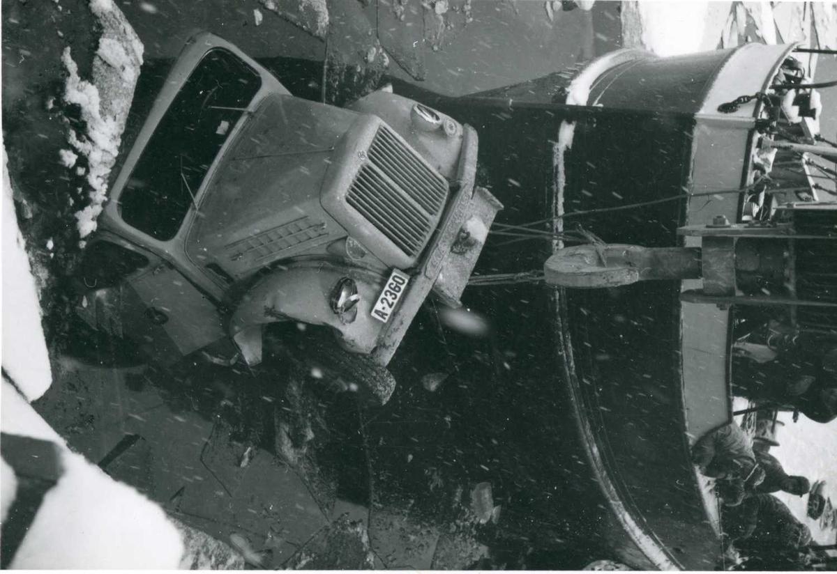 Ved hjelp av falken blir Scania Vabis lastebil tatt opp fra Bandak.    13-12-58..tif