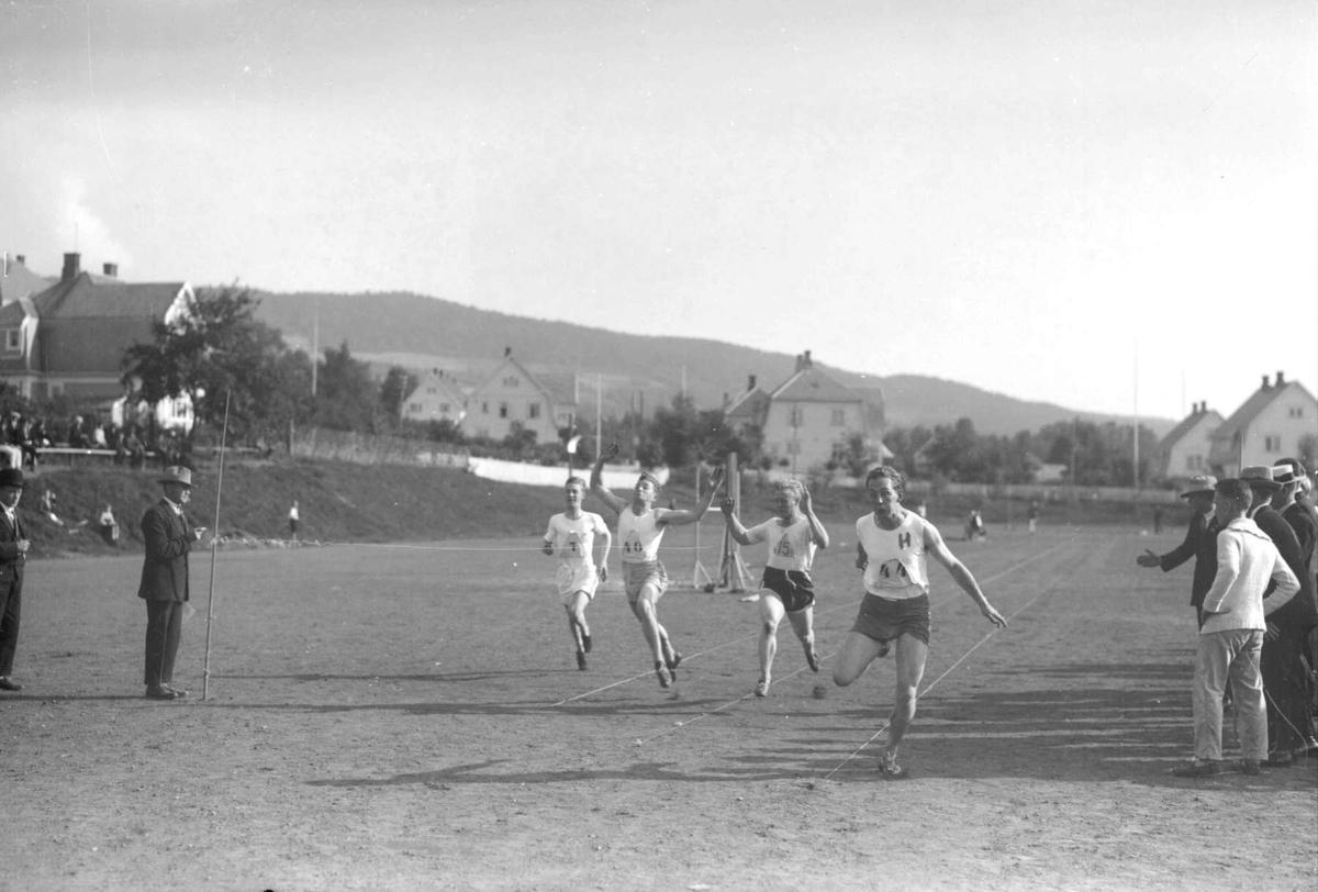 Pokalkonkurranse på Sportsplassen. Mjøsbyene og Elverum. 100 m. Finn Poppe m.fl. Mjøspokalen.