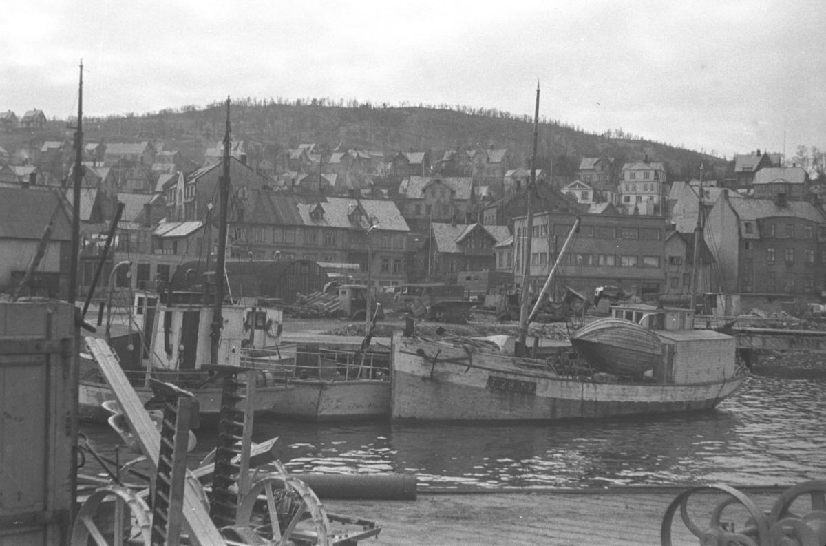 Et havneområde i et bysamfunn. Stedet er ukjent, men kan være Harstad.
