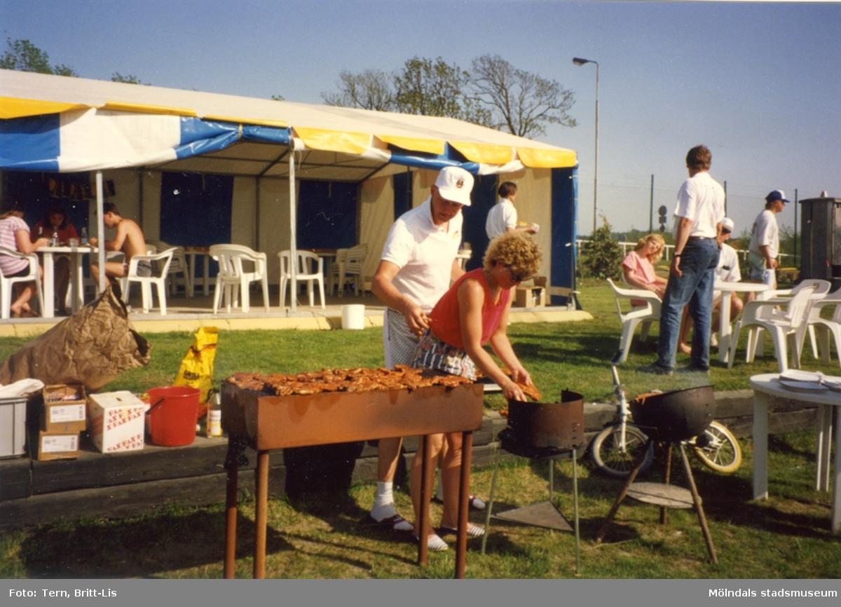 Grillning under Bygdetravet på Åby 1992.   Blandade bilder insamlade inför dokumentation av Åby Stallbacke och Stallgårdar 2015.